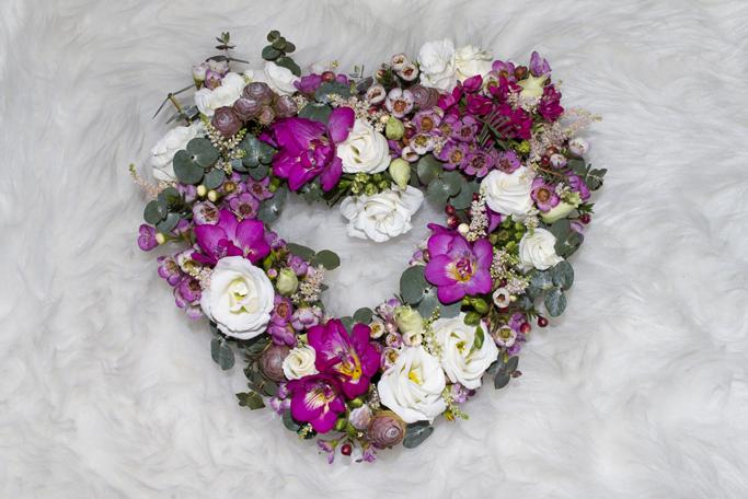 aranjament floral in forma de inima de la floria