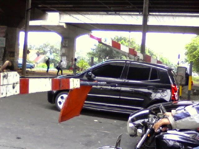 lifestyle mobil mogok di tengah lintasan kereta itu