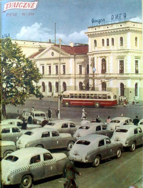 1951 год. Рига. Городской транспорт на площади возле Рижского ж/д вокзала.