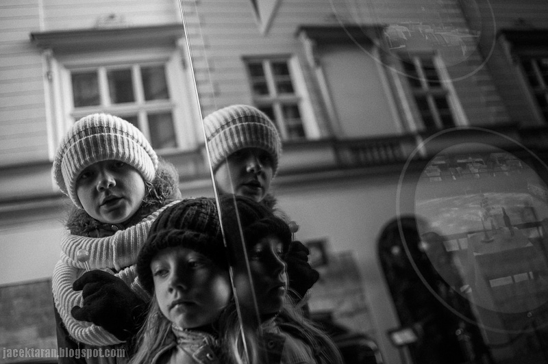 dziecko, lizak, odbicia, dziewczynka, fotograf krakow, zima, jesien w krakowie