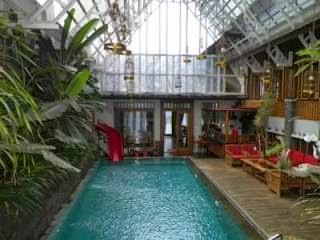 Rumah Stroberi Lembang dengan kolam renang indoor