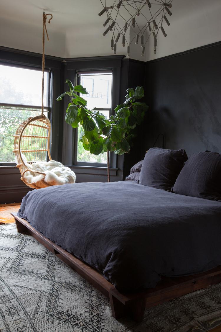 dormitorio con gran planta y pared negra