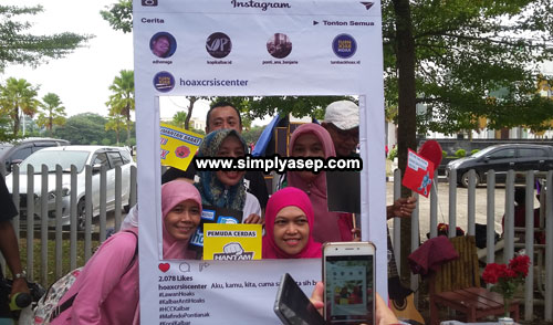 PHOTO CONTEST :  some participants tried Booth to take good selfie picture before submitting to the organizer during the campaign including this group of ladies.  Winner will receive good prizes  Photo Asep Haryono