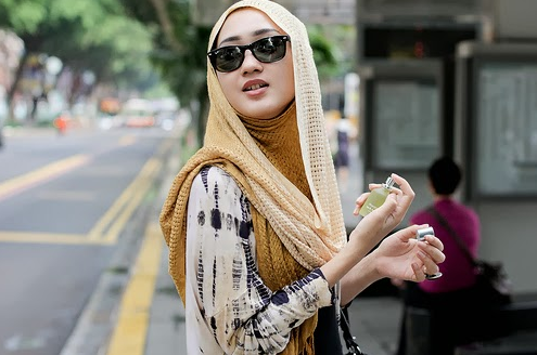 Style Fashion Hijab Modern Untuk Muslimah Yang Berkacamata