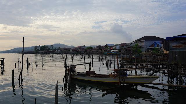 Foto 2 : Small Dock With Passenggers, Sebuah Dermaga Kecil Dengan Dua Orang Penumpang