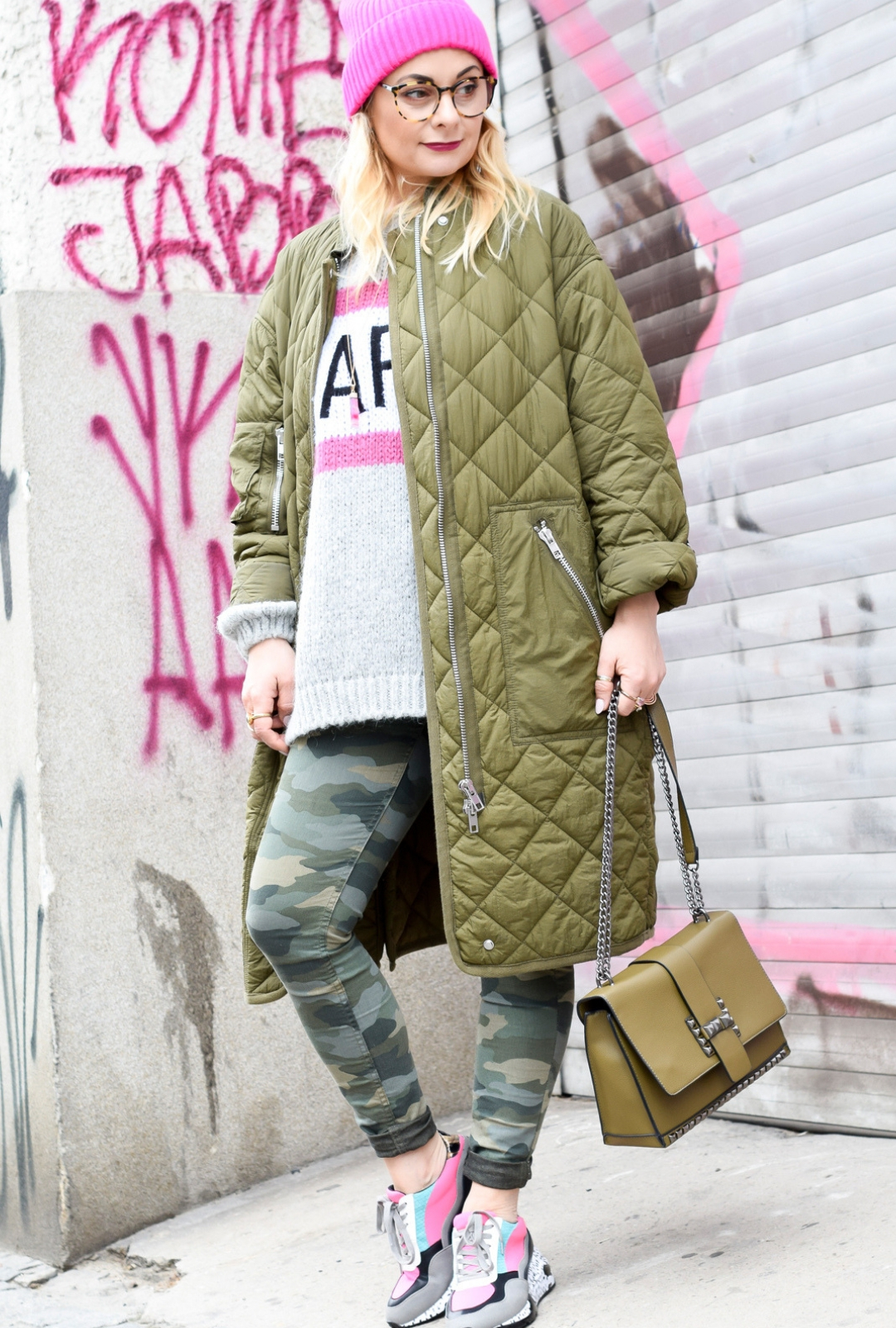 Camouflage Hose, Strickpullover und Ugly Sneaker