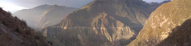 Zbocza kanionu podczas zachodu słońca.