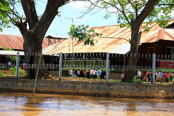 Colegio en el pueblo de Nyaungshwe - Lago Inle