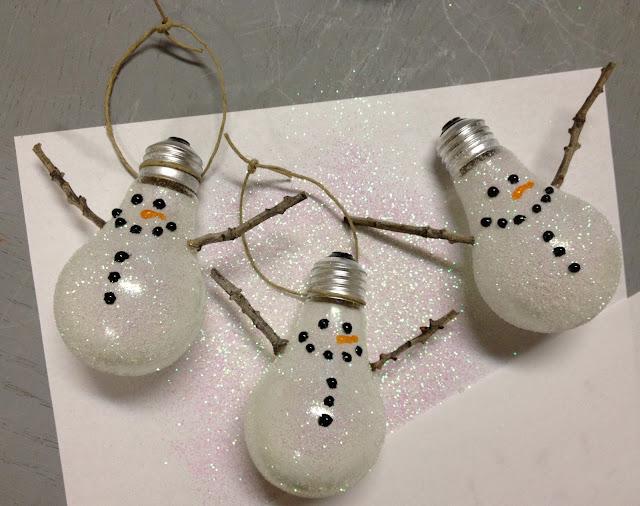 decoração-de-natal-com-lampadas-velhas