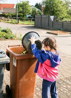 Jolina hilft bei der Gartenarbeit