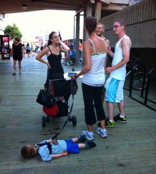 Niño malcriado y padres hablando
