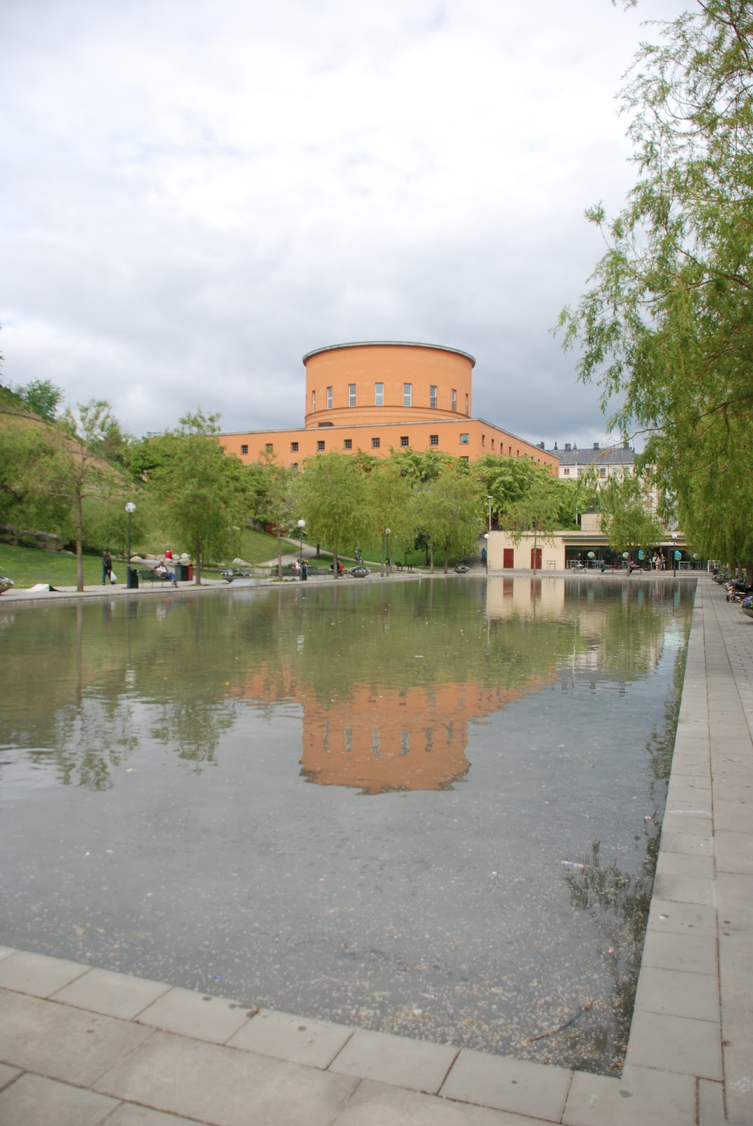 Stockholm Public Library with reflecting pool - Gunnar Asplund