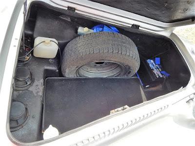 No bagageiro frontal, a bateria foi substituída recentemente. A marca da mesma - Cral - é especializada em carros antigos.