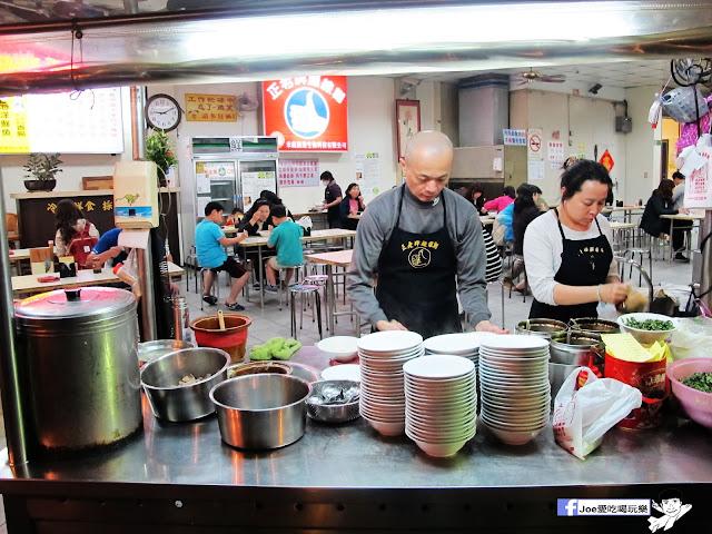 IMG 7376 - 【台中美食】台中忠孝夜市必吃,營業超過40年的老味道 『正老牌』麵線糊/臭豆腐,我想這應該是在地人小時候的回憶吧!!