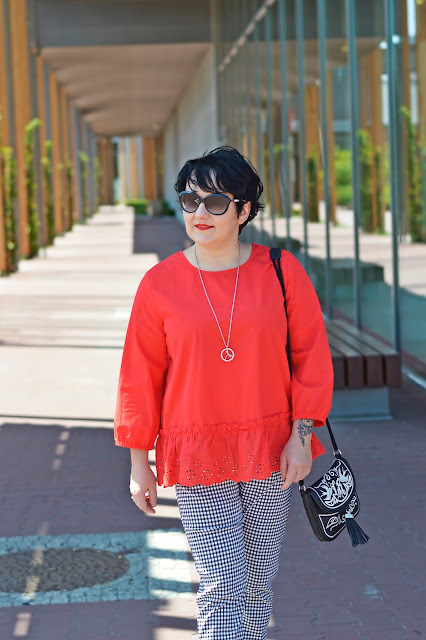 kratka vichy, balck and white, summer look, red blouse