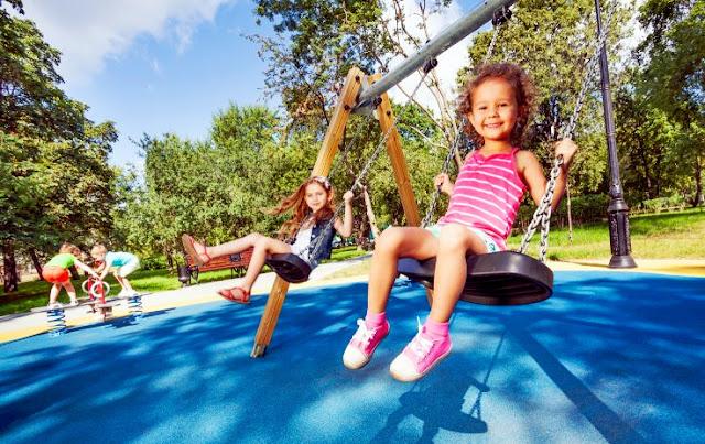 meninas brincando balançando, balanço, parque, parquinho, playground, play, escola, sincronia, cooperação, amigas, colaboração, atividade, aprender a cooperar, educação infantil