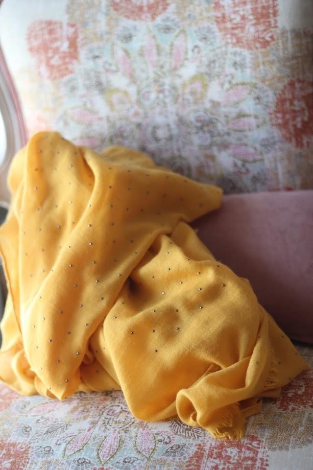 photo-complementos-foulard-mostaza-cosette-pañuelo-tachas