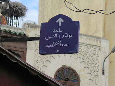 Carteles de colores que marcan la ruta deseada en Fez el Bali