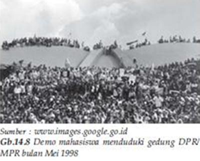 Sejarah Awal Lahirnya Reformasi  Tengoklah kembali ke tahun 1998 berapa banyak manusia Indonesia yang masih berpikir tentang besarnya pengorbanan untuk bangsa dan negara. Bayangkan saja ibu kota negara hancur lebur karena kerusuhan terbesar abad 20 yang diduga telah dirancang sebelumnya, dilanjutkan dengan pertempuran yang terjadi adalah antara mahasiswa tambah sebagian warga negara melawan tentara tambah polisi huru hara dan Brimob tambah Pamswakarsa ciptaan Wiranto. Lalu siapa yang masih memikirkan korban pasca semua itu?  Pada saat itu krisis ekonomi di Asia yang menyebabkan ekonomi Indonesia melemah dan semakin besarnya ketidak puasan masyarakat Indonesia terhadap pemerintahan pimpinan Soeharto saat itu menyebabkan terjadinya demonstrasi besar-besaran yang dilakukan berbagai organ aksi mahasiswa di berbagai wilayah Indonesia. Pemerintahan Soeharto semakin disorot setelah Tragedi Trisakti pada 12 Mei 1998 yang kemudian memicu Kerusuhan Mei 1998 sehari setelahnya. Gerakan mahasiswa pun meluas hampir diseluruh Indonesia. Di bawah tekanan yang besar dari dalam maupun luar negeri, Soeharto akhirnya memilih untuk mengundurkan diri dari jabatannya.  Reformasi merupakan suatu perubahan catatan kehidupan lama catatanan kehidupan baru yang lebih baik.Reformasi yang terjadi di Indonesia pada tahun 1998 merupakan suatu gerakan yang bertujuan untuk melakukan perubahan dan pembaruan, terutama perbaikan tatanan kehidupan