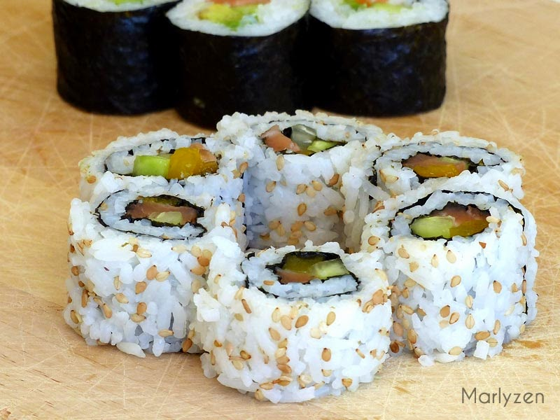 California roll au saumon, concombre et mangue.