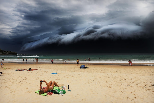 Green Pear Diaries, fotografía, World Press Photo Contest 2016, Storm Front on Bondi Beach, Rohan Kelly