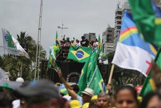 Em ato pró-Bolsonaro em PE letra de música diz: 'para feministas, ração na tigela'