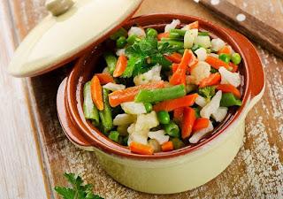 Una vez se tengan los ingredientes y utensilios preparados, puede procederse con la preparación de esta ensalada; siendo lo primero lavar cada una de las verduras, una vez hecho esto proceda por pelar las papas y las zanahorias, las cuales deberán cortarse preferiblemente en dados, y luego vierta en un caldero con agua, ponga a hervir a fuego medio por 15 minutos, cuando alcancen punto de cocción retire. Coloque las verduras ya cocidas en un bol de ensaladas y continué con los siguientes pasos: