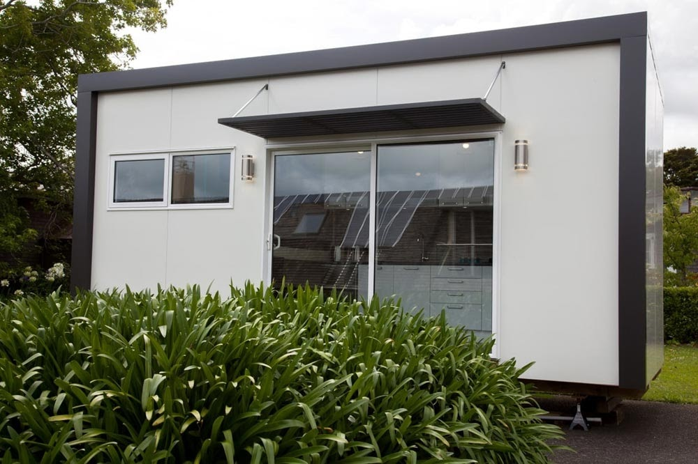 01-External-View-NZ-Tiny-House-Minimalist-and-Space-Age-Architecture-www-designstack-co