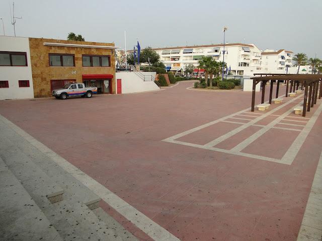 Plaza con mirador en la playa de la Barrosa