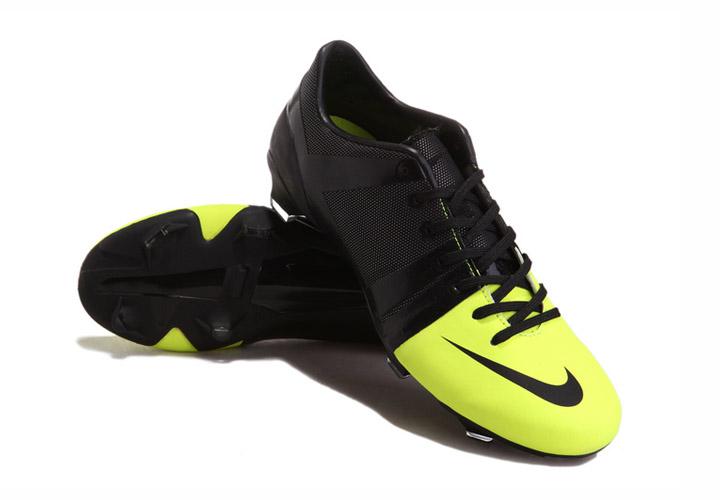 new concept c358e 244ef Le Nike GS de soccer à crampons est conçu pour Nike Mercurial soutenir le  mouvement naturel du pied d´un joueur. Le talon et les godets sont  anatomiquement ...
