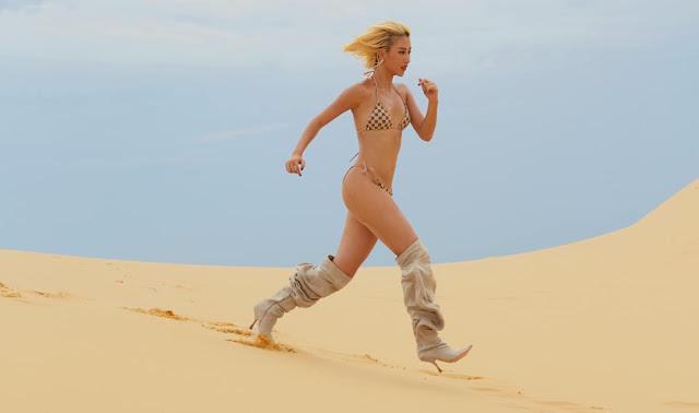 Quỳnh Anh shyn mặc bikini đi guốc chạy trên cát
