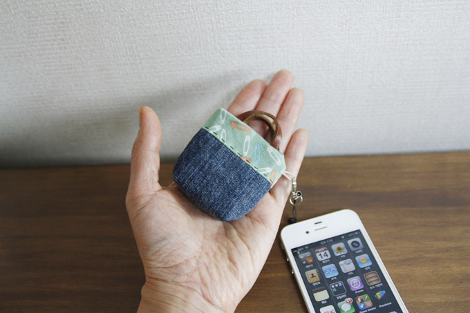 Iphone Jack Plug Ear Cap Purse. Sew DIY Tutorial in Pictures.