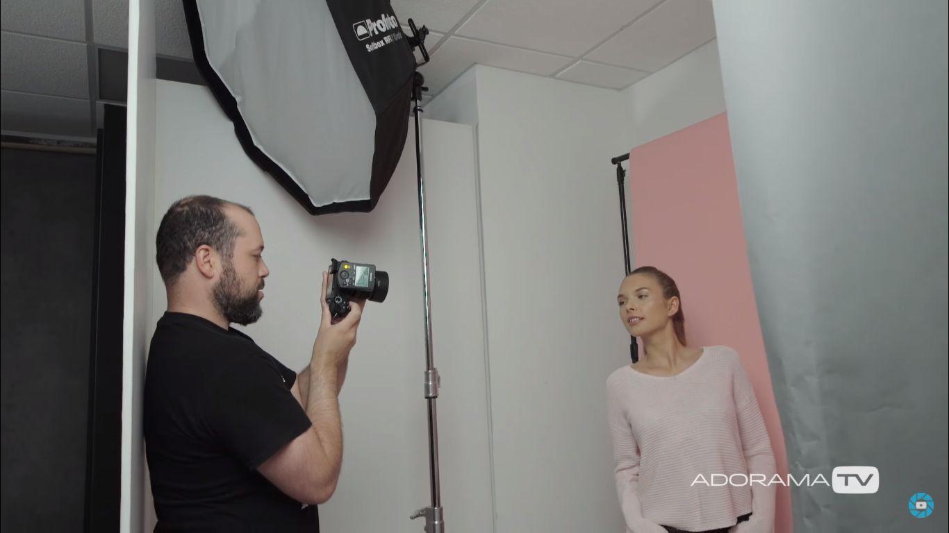 Процесс съемки портрета молодой девушки в тесном помещении