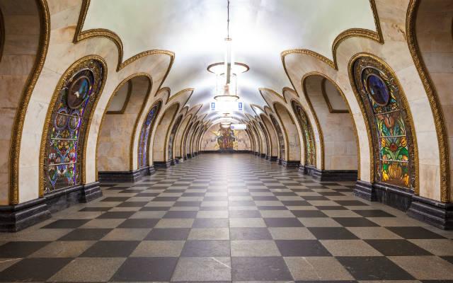 Метро с витражом, станция Новослободская