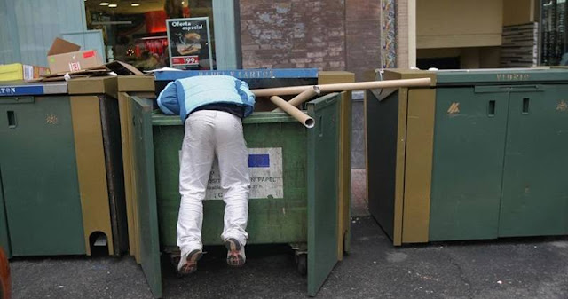 Buscar en la basura Sofía Bulgaria contenedor