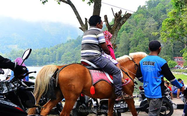 Aktifitas lain di Telaga Sarangan, berkeliling naik Kuda