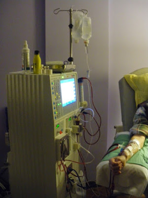 maquina de hemodiliasis funcionando y enfermo