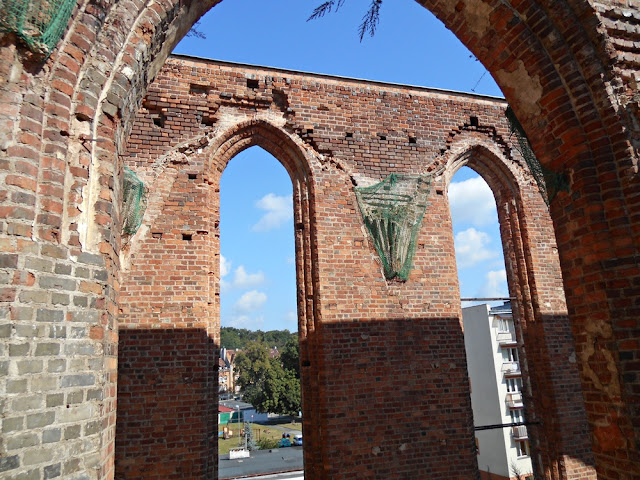 fara w Gubinie, mury, niebo, cegły