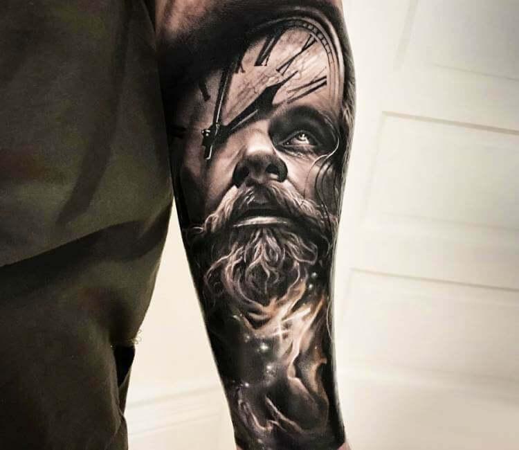 Tatuaje de un rostro vikingo en el que se proyecta un reloj marcando las tres
