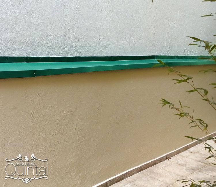 Muro lateral que percorre todo o terreno, limpinho e lindo =)