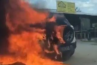 Carro pega fogo e fica totalmente destruído na BR-230