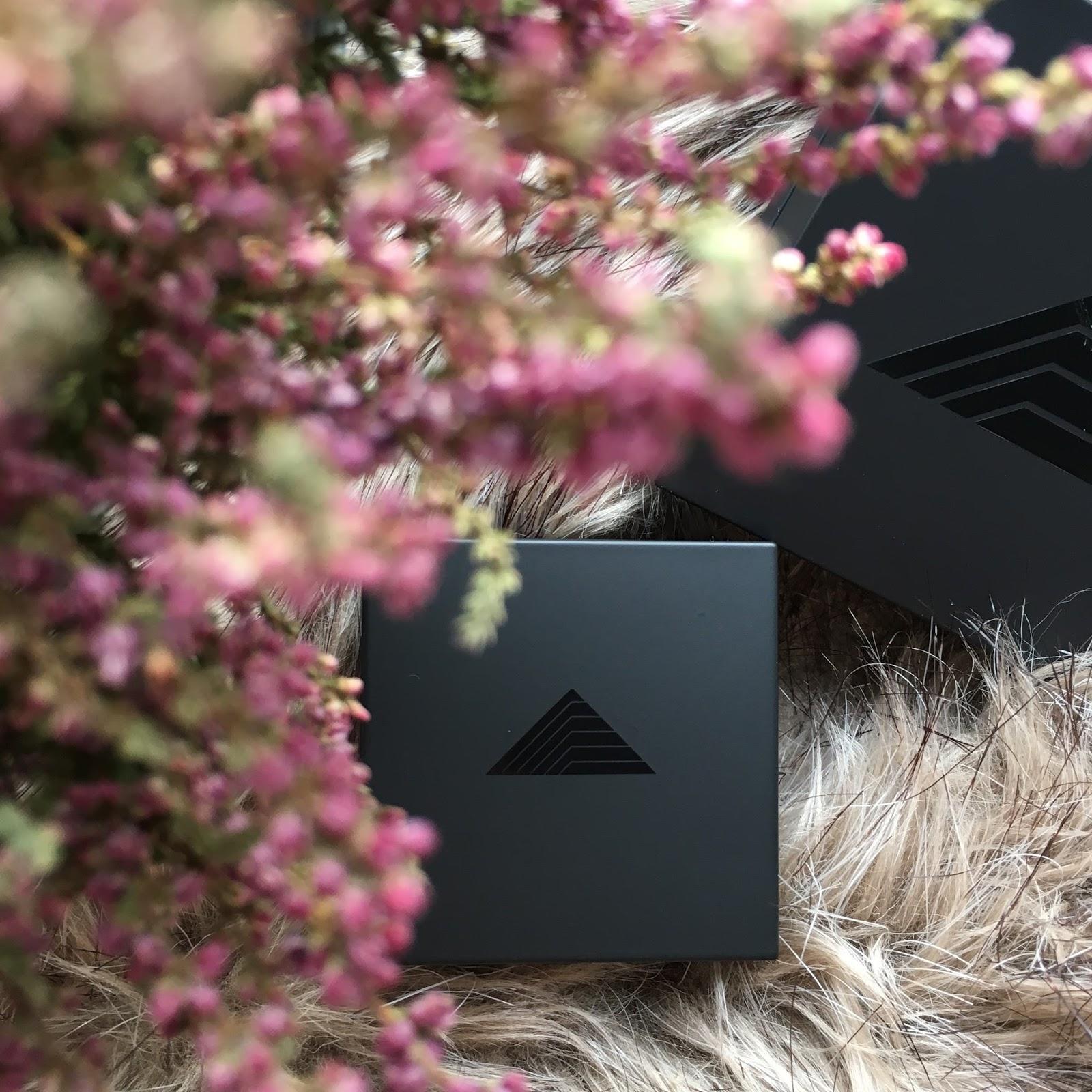 Rozświetlacz Kyoto  i eyeliner w kamieniu marki Bikor