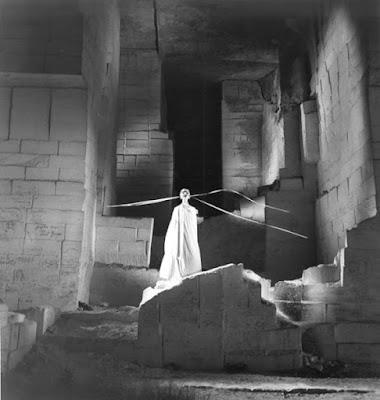 Dans les carrières des Baux, le testament d'Orphée de Cocteau , image de Lucien Clergue