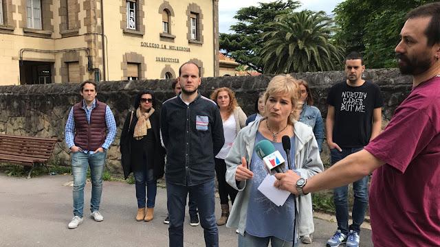 Parlamentarios y concejales de EH Bildu, Irabazi y Elkarrekin Podemos, ante el colegio La Milagrosa