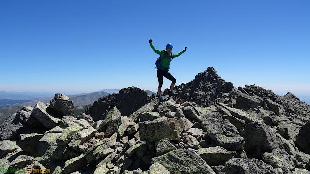 Celebrando cima en lo alto del Risco del Gutre en Gredos
