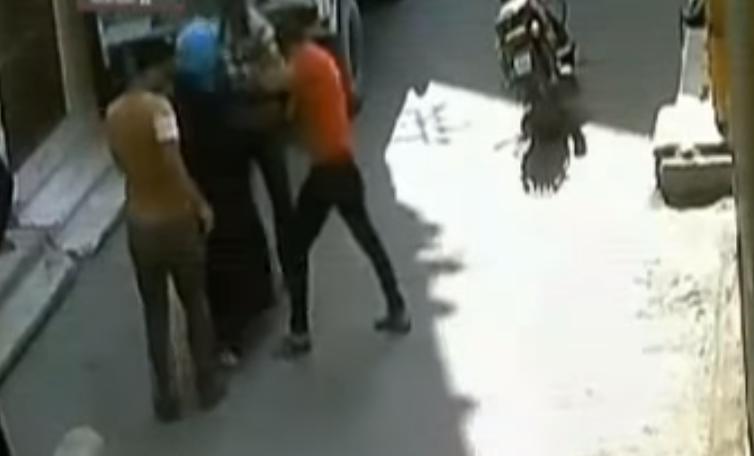 بالفيديو   فتاة صعيدية تلقن شابًا علقة ساخنة بسبب تحرشه بها.. شاهد ماذا حدث له؟؟