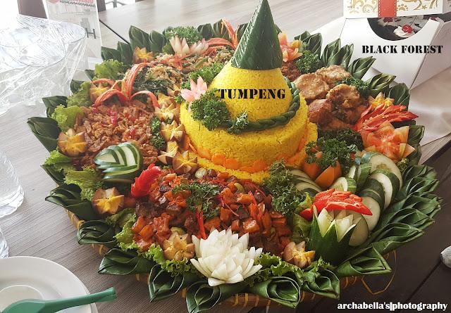 Ada tumpeng dan kue tart black forest sebagai simbol acara Ultah Gandjel Rel kali ini. (Dok.Pri)
