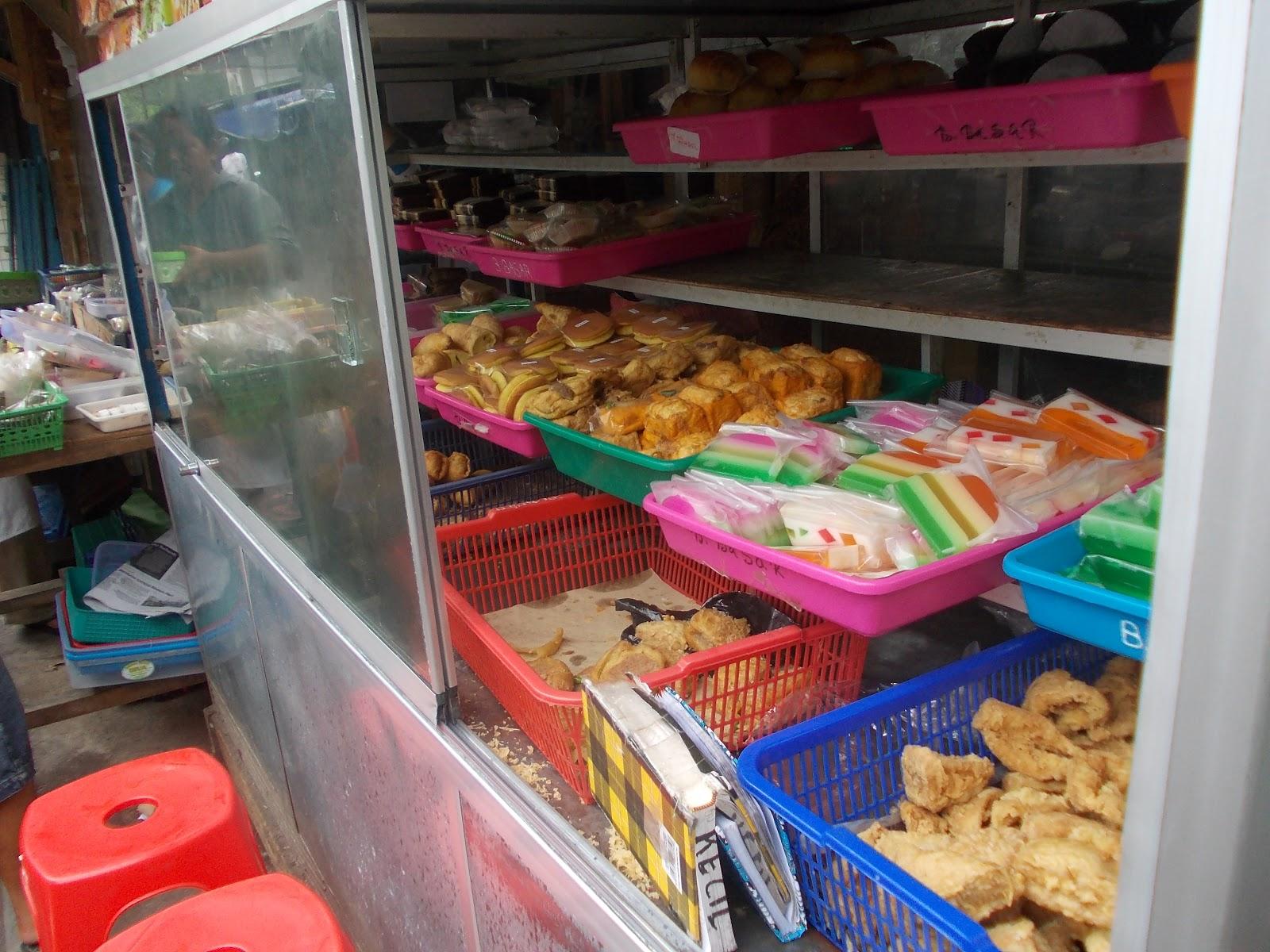 Seputar Magelang Menengok Jajanan Pasar Di Magelang Etalase kue basah