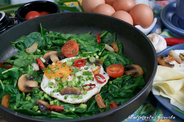 kolorowe śniadanie, wiosenne śniadanie na ciepło, jajka sadzone na szpinaku, daylicooking