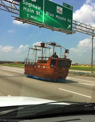 Mit dem Piratenschiff auf der Autobahn fahren - witziges Auto zum lachen
